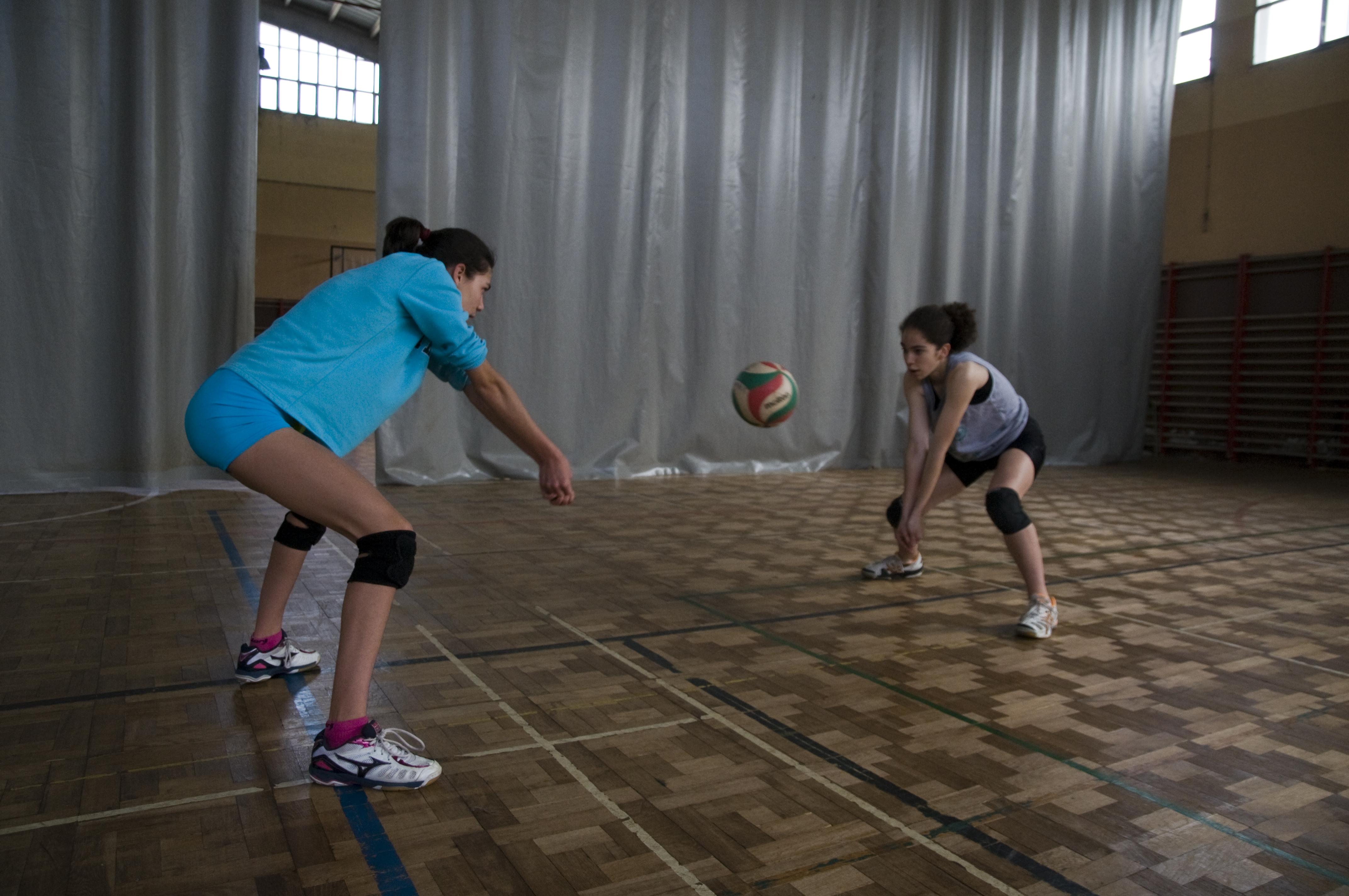 Cual es la posicion basica del jugador de voleibol